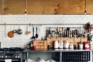 Añade soportes a tu cocina para darle un aire nuevo