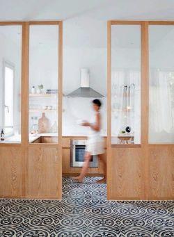 Pequeña cocina blanca con puertas de maderas