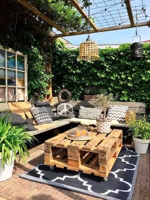 Una terraza rústica decorada con palets
