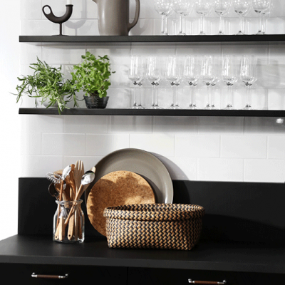Una cocina en negro y blanco: sobriedad y estilo