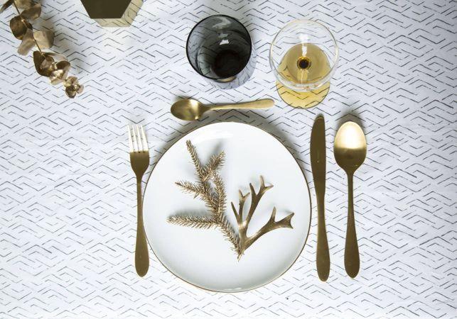Une-decoration-de-table-de-Noel-toute-en-elegance