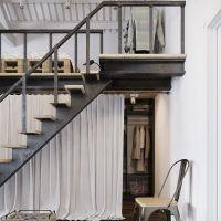 Un loft con un vestidor debajo del dormitorio
