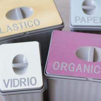 Personaliza tus cubos de basura extraíbles con un poco de chalk paint