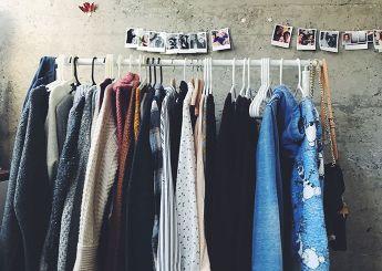 comienza tirando ropa y ordenando tu armario