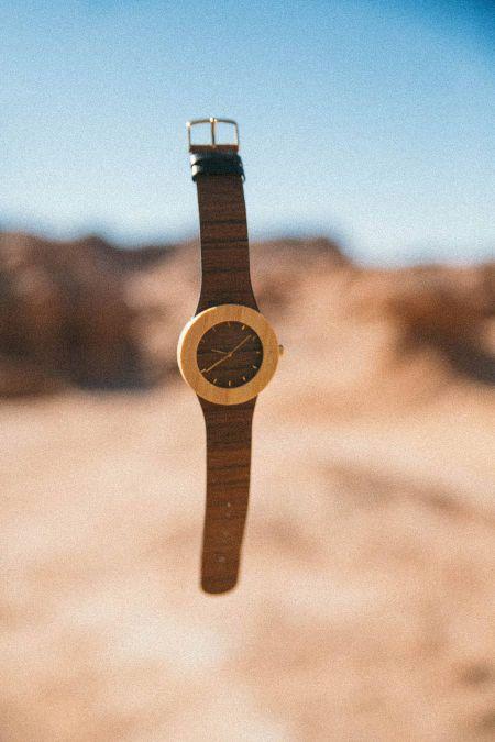 reloj levitando