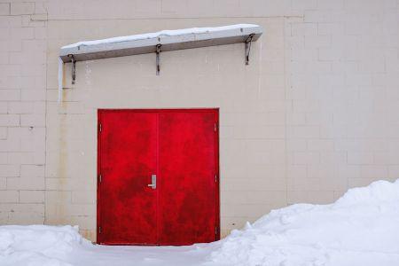 puerta antigua y vieja roja