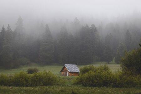 tejado con placas fotovoltaicas