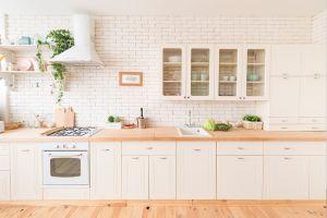 Pinta tu cocina con colores claros para aprovechar la luz natural