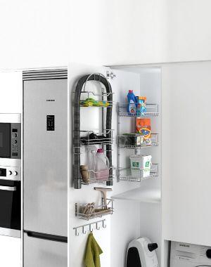 Estante para mantener ordenada la zona de limpieza en la cocina moderna
