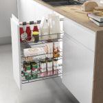 Despensero extraíble para ordenar alimentos en una cocina moderna