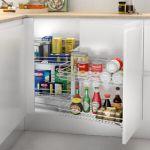 Esquinero extraíble para almacenar cosas a modo de despensa dentro de un mueble de cocina moderna y funcional