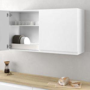 Armario con soporte para guardar los platos de manera ordenada en una cocina funcional y moderna