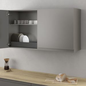 Armario ordenado con un soporte para almacenar platos en una cocina moderna