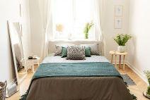 Dale un toque de color a tu cama y tus cortinas