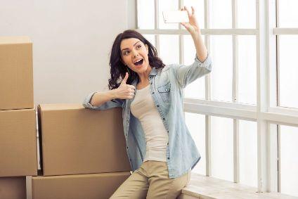 Chica con cajas