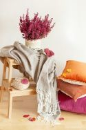 Decora tu salón con mantas y cojines otoñales