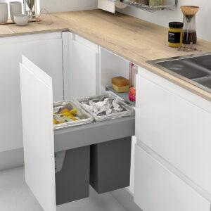 Cubos de reciclaje extraíbles para reciclar dentro de manera ordenada dentro de mueble de cocina