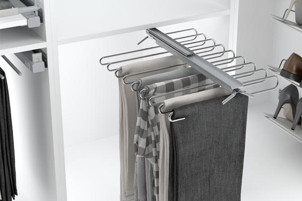 Pantalonero extraíble para organizar los pantalones bajo una balda de armario
