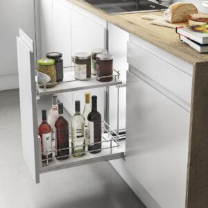 Botellero extraíble para almacenar productos de manera ordenada dentro de un armario de cocina moderna y funcional
