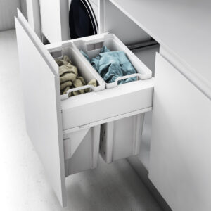 Cesto extraíble dentro de un cajón para guardar la ropa sucia de manera ordenada