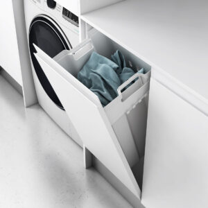 Cesto abatible en armario para ropa sucia