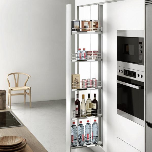 Despensero columna con sistema de extracción total para ordenar la comida en un mueble de cocina moderna